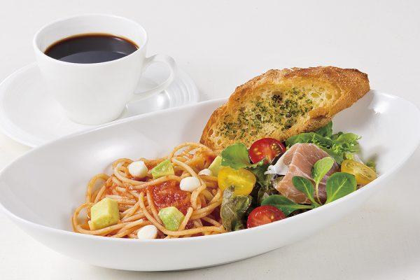 冷製トマトのパスタ、生ハム入りプチサラダとガーリックトースト添え(※ランチ限定)