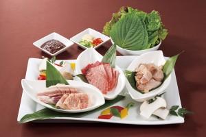 【週末限定焼肉プレート】 国産牛・三元豚・銘柄鶏の三種盛り合わせとサンチュ