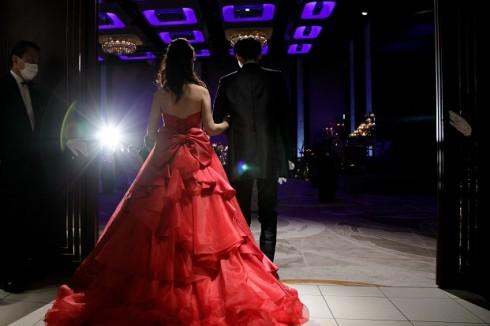 装いも新たに 赤いドレスに包まれて再入場!