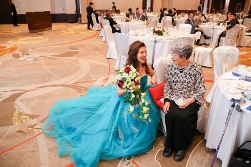 新婦様のおばあ様との1枚 ドレスが綺麗に映っていますね!