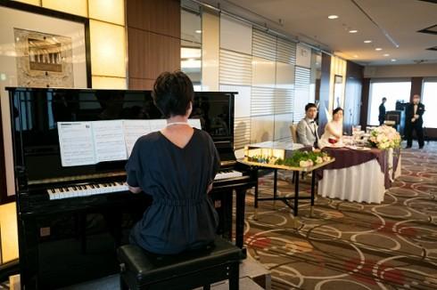 ご新婦様のご友人からの祝福の気持ちを込めたピアノ演奏のプレゼント♪